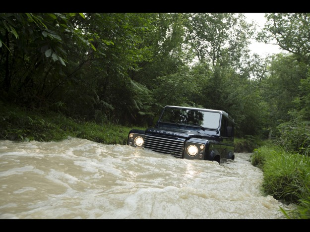 2013-land-rover-defender-driving-through-water-2-1280x960